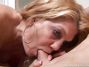 gorgeous cougar blondy likes to fuck.