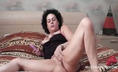 Lusty attractive mature using vibrator to reach cumming