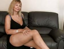 Busty cougar Fingering Her Hairy snatch