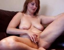 cougar amateur MILF working her vagina