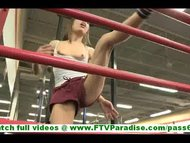Risi sporty brunette young flashing and stroking snatch in gym