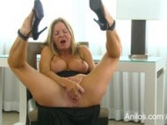 Bigtit older Amber Michaels punishes her dripping pussy